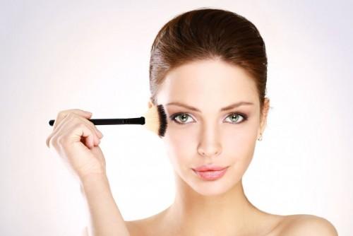 化粧をする女性2