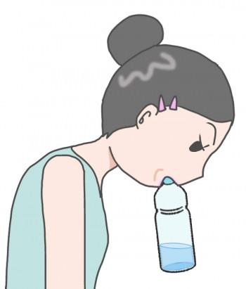 ペットボトルをくわえた女性