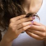 枝毛の原因とは?髪にダメージを与えるNG行動と対策法