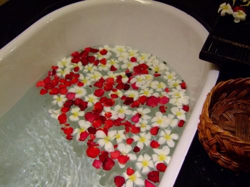 花を浮かべたバスタブ