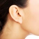 ニキビを防ぐ!耳も耳周りの小物も清潔に保ちましょう