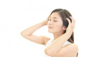 頭皮 かゆみ 原因 対策 フケ 皮脂 乾燥 汚れ 雑菌 抗炎症 ニオイ 汗臭 殺菌 市販 ドラッグストア