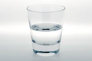 足かっさ水飲む