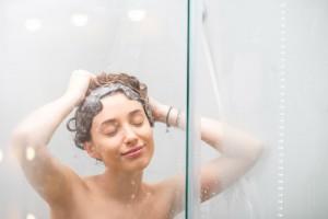 頭皮 かゆみ 原因 対策 フケ 皮脂 乾燥 汚れ 雑菌 抗炎症 ニオイ 汗臭 市販 ドラッグストア アミノ酸シャンプー エイジングケア