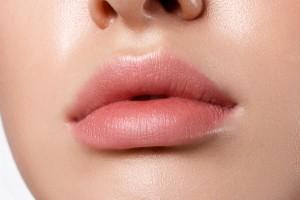 唇 荒れる 原因 乾燥 リップ