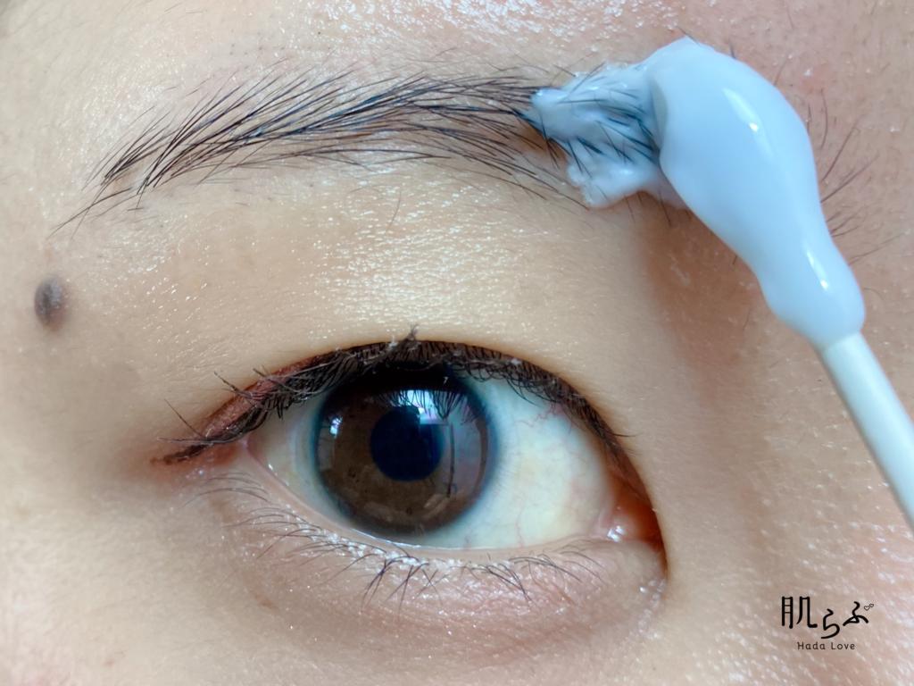③綿棒を使って眉毛に塗布する