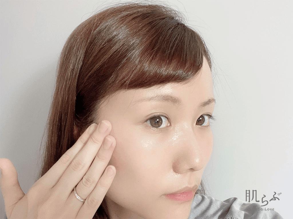 美容液を顔に伸ばすやり方