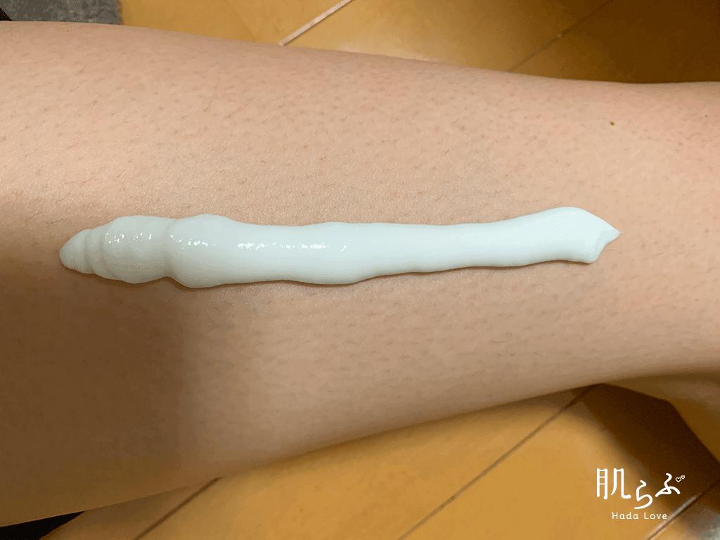 Kmyu除毛クリームを肌の上に出します。