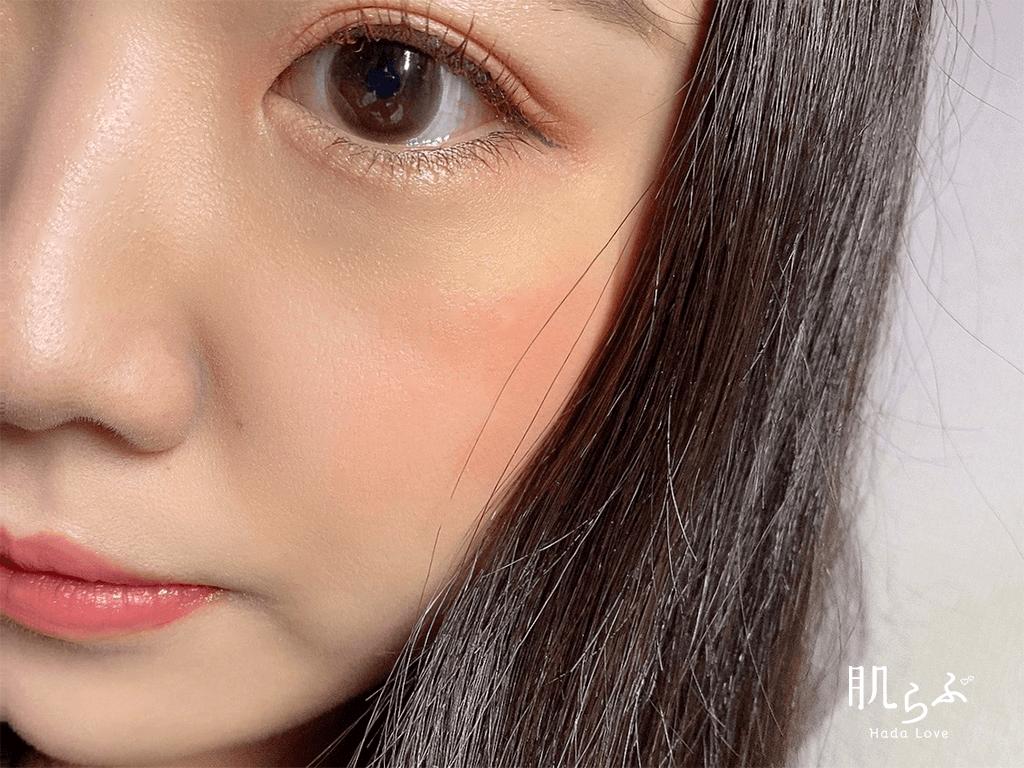 04番のアプリコットオレンジカラーを頬に使用した色味
