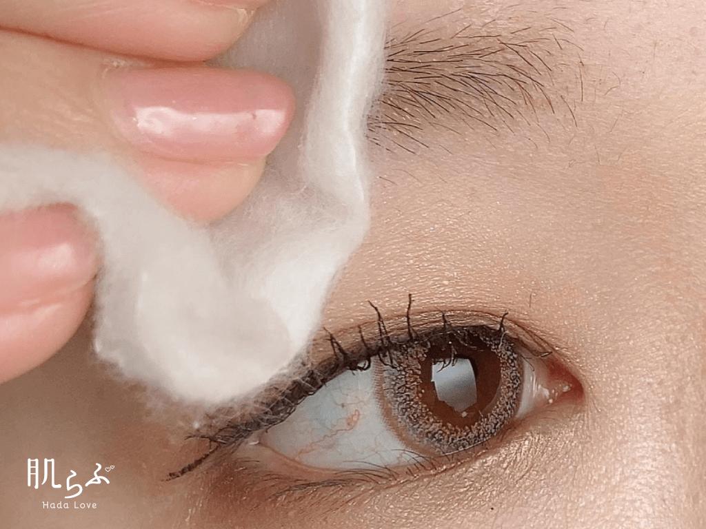 眉メイクをオフして化粧水で保湿する