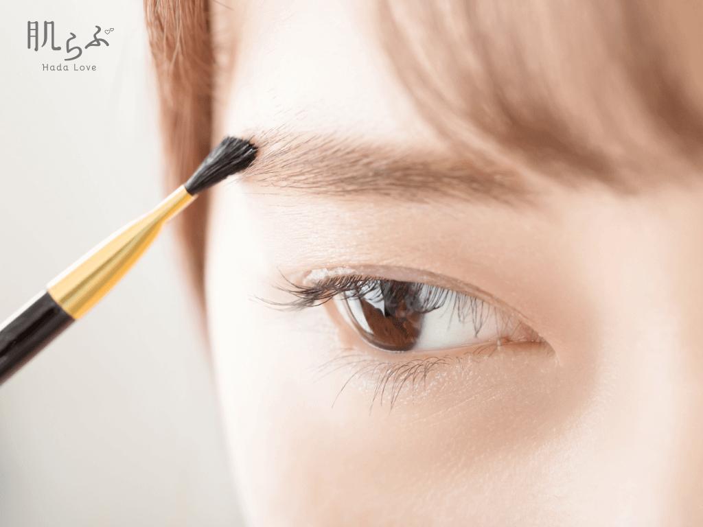 眉メイクをしている女性