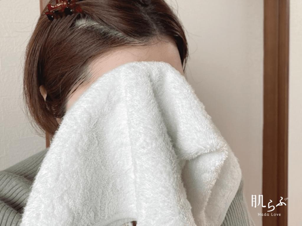 清潔なタオルで優しく水分を拭き取る